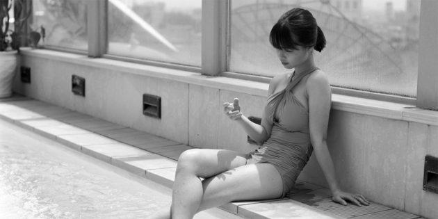 Фотограф «вирізав» смартфони з рук людей і показав, наскільки ми самотні